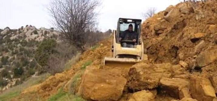 فرق الاشغال في بلدية مشمش رفعت الانهيارات عن طريق عين النجاصة