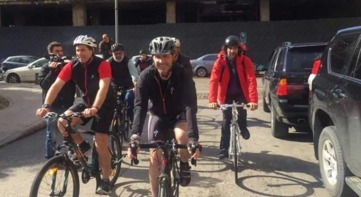 جريصاتي ونواب آخرين وصلوا إلى وزارة البيئة على متن دراجة هوائية