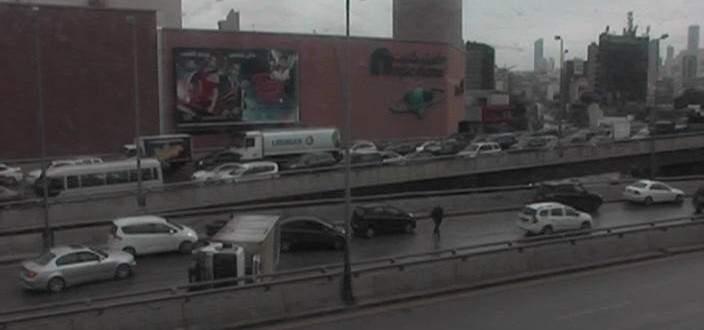 تصادم بين عدة مركبات وانقلاب احداها على اوتوستراد إميل لحود باتجاه بيروت
