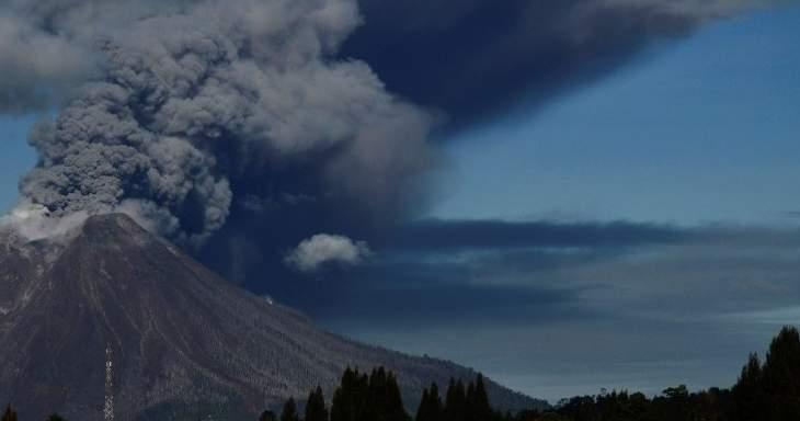 بركان جبل سينابنغ يثور مجدداً فيإندونيسيا