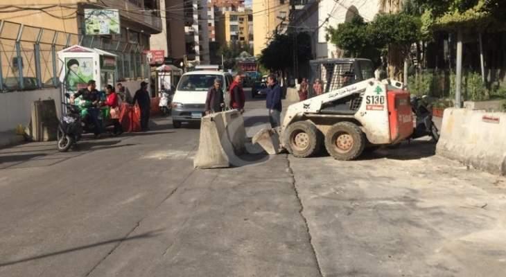 ازالة المكعبات الاسمنتية من أمام مستشفى بهمن بحارة حريك