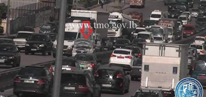 تعطل سيارة على جسر الدورة المسلك الغربي وحركة المرور كثيفة