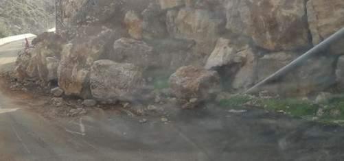 انهيارات صخرية على طريق كفرحزير الكورة جراء السيول