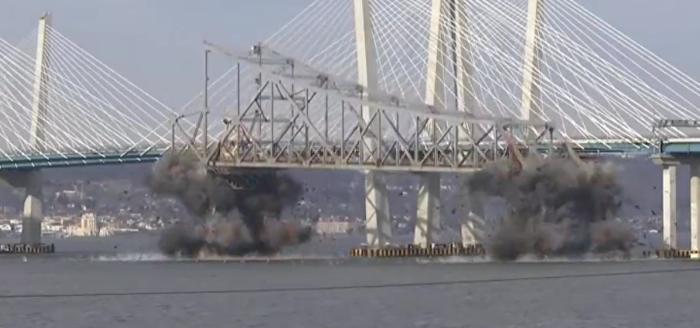 تفجير جسر تاريخي في نيويورك وسقوطه بلحظات