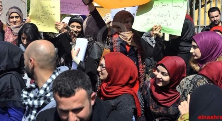 أساتذة مدرسة المقاصد عائشة بكار يقطعون الطريق امام المدرسة احتجاجاً على تخفيض رواتبهم