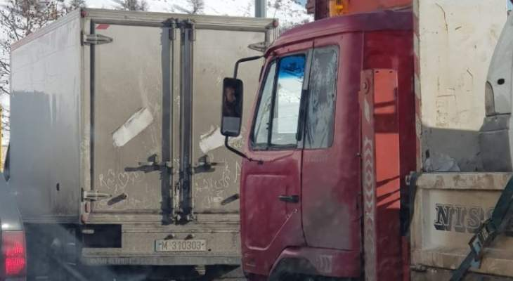 النشرة: طريق ضهر البيدر سالكة أمام السيارات والشاحنات والسير خانق