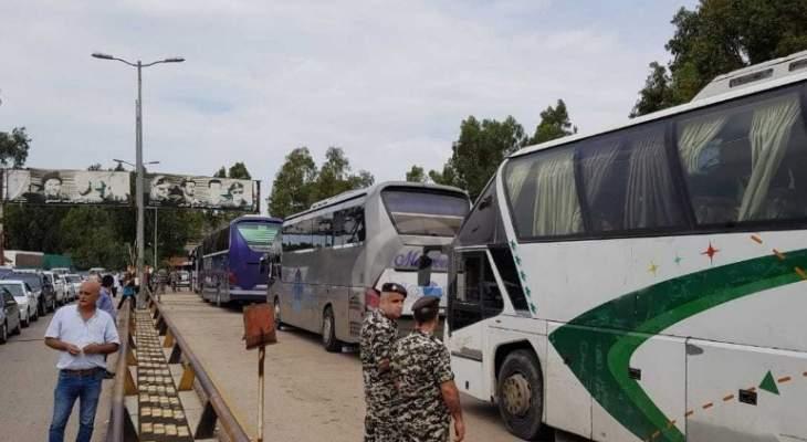 النشرة: وصول عدد من الحافلات التي تقل مئات النازحين السوريين الى سوريا