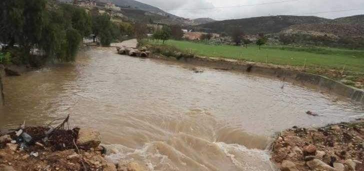 النشرة: فيضان مياه نهر الزهراني نتيجة ارتفاع منسبوه بعد تفجر نبع الطاسة