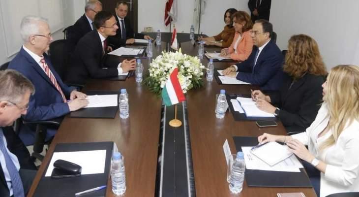 بطيش عرض مع وزير الخارجية الهنغاري العلاقات الثنائية بين البلدين