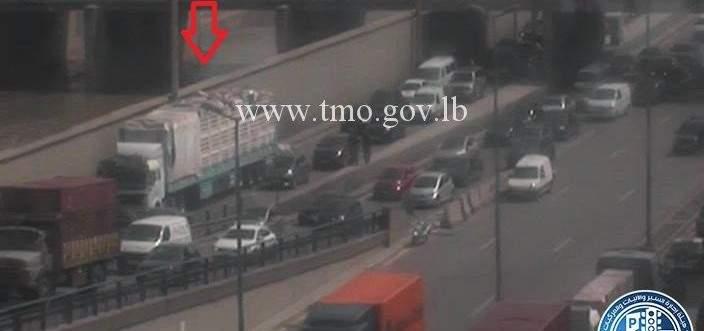 سقوط حمولة شاحنة على اول الطريق البحرية الكرنتينا باتجاه جونية والاضرار مادية