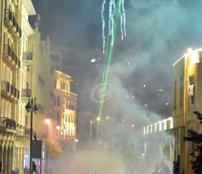 القوى الأمنية تستخدم قنابل الغاز المسيل للدموع لتفريق المتظاهرين وسط بيروت