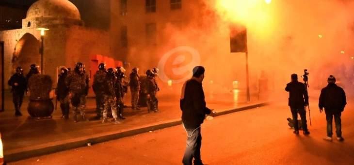 تراجع المتظاهرين من محيط البرلمان نتيجة اطلاق العديد من القنابل المسيلة للدموع