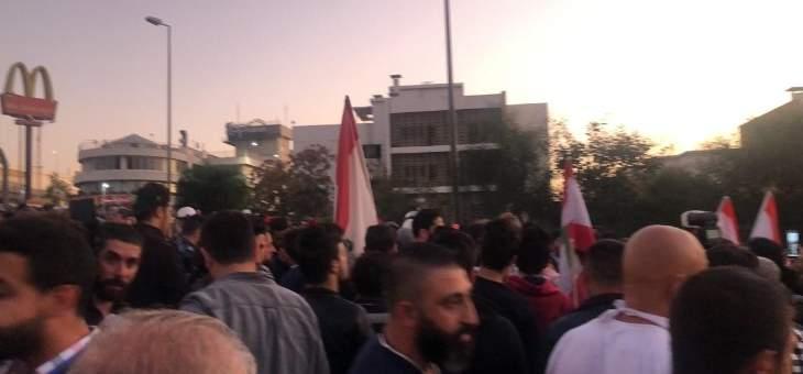 متظاهرون على طريق القصر الجمهوري يطالبون بتحديد موعد للاستشارات النيابية