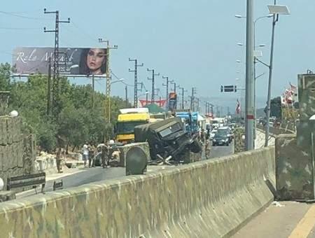 شاحنة عسكرية تجتاح مكعبات الاسمنت عند حاجز المدفون