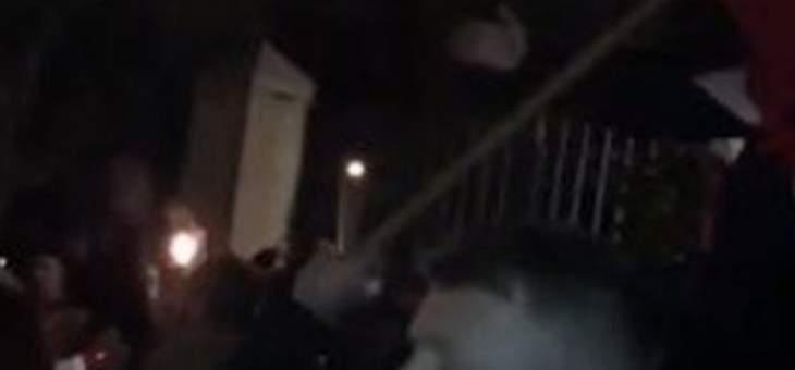 محتجون يتجمعون أمام منازل عدد من المسؤولين السياسيين