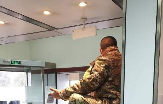 عسكري بالجيش يعترض على عدم قبض كامل راتبه من احد المصارف