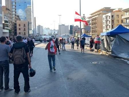 محتجون اقفلوا مسلك الرينغ من الأشرفية باتجاه الحمرا