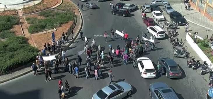 قطع الطريق عند مستديرة الاونيسكو بيروت من قبل بعض المحتجين