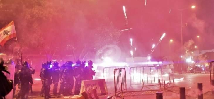الجيش يتدخل لابعاد المتظاهرين عن محيط ساحة النجمة والمتظاهرون يرحبون به