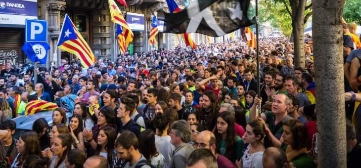 مسيرات مؤيدة وأُخرى معارضة لانفصال كتالونيا في برشلونة بعد أعمال العنف