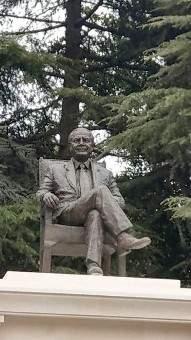 إزاحة الستار عن تمثال النائب والوزير السابق موريس الجميل في بكفيا