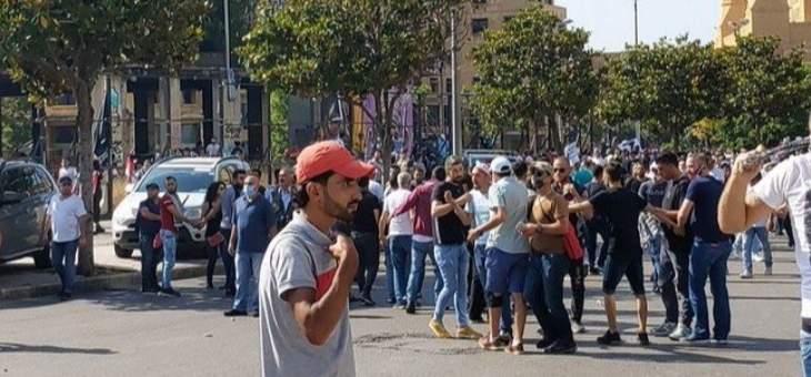 المتظاهرون يتراجعون من محيط بيت الكتائب بعد إطلاق القوى الأمنية القنابل المسيّلة للدموع