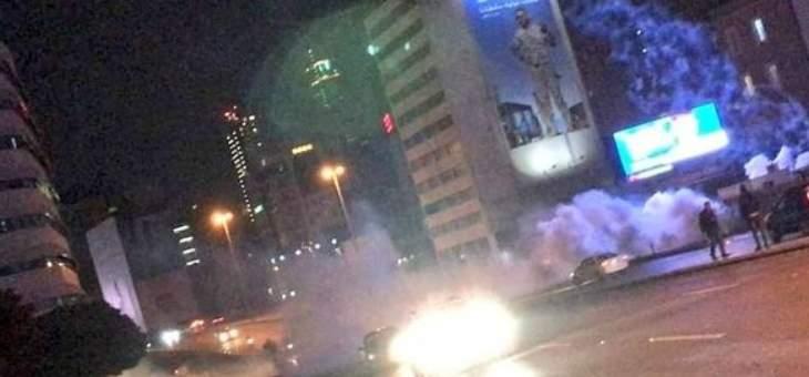 القوى الامنية تعمل على منع بعض الشبان من التوجه إلى ساحة الشهداء وتطلق قنابل مسيلة للدموع