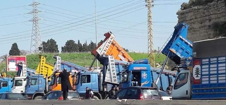 تجمع للشاحنات على أوتوستراد الدورة المسلك الغربي وأوتستراد البالما بالاتجاهين