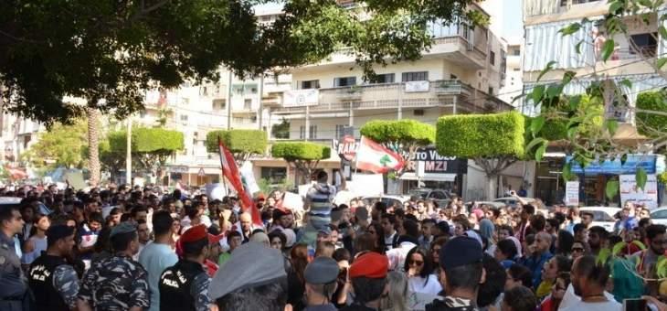 النشرة: مسيرة راجلة جابت شوارع صيدا وصولا الى فرع مصرف لبنان