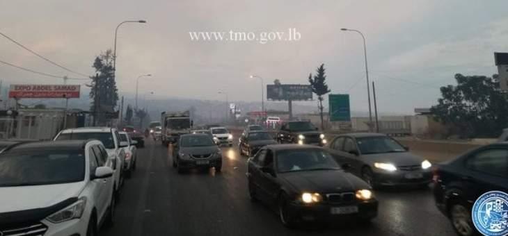 حركة المرور كثيفة على اوتوستراد الناعمة باتجاه خلدة بسبب كثافة الدخان