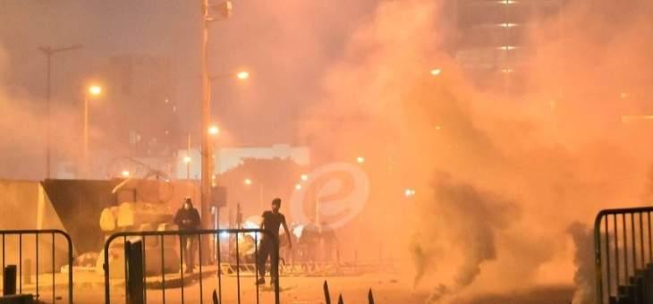المتظاهرون يحاولون كسر واجهات المحال التجارية في وسط بيروت