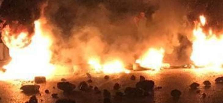النشرة: متظاهرون أقفلوا طريق ضهر البيدر عند مفرق جديتا بالاطارات المشتعلة