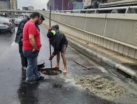 وزارة الأشغال: الفرق العاملة بتنظيف مجاري المياه تواصل عملها