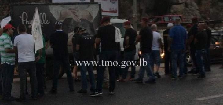 إشكال بين العسكريين المتقاعدين وسائق سيارة تحمل لوحة مجلس النواب على طريق طبرجا