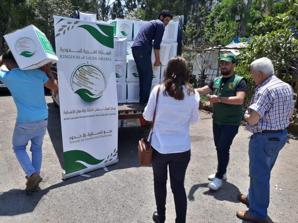 مركز الملك سلمان للإغاثة وز ع 1090 سلة غدائية رمضانية في مناطق عدة