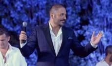 رامي عياش ينحني من أجل عجوز أمام الآلاف..فمن تكون؟ بالصورة