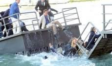 جسر عائم في ايطاليا ينهار والضيوف سقطوا في الماء.. بالصور
