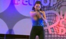 اكتشفت أنها كانت تغني عارية الصدر أمام الجمهور .. فأصيبت بحرج كبير!- بالفيديو