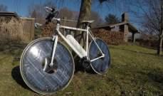 مبتكر يطور دراجة ذكية تعمل بالطاقة الشمسية.. بالفيديو