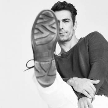 ابراهيم شيليكول بطل حب ابيض اسود يستفز الجمهور بحذائه بالصورة