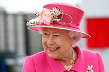 الملكة إليزابيث تثير جدلاً بصورها مع هذا الكلب