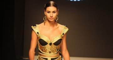 الأزياء التونسية التقليدية في عرض أزياء Lamia latrous