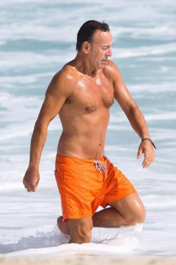 "بروس سبرينغستين يستعرض رشاقته ويستمتع على شاطئ ""ريو"""