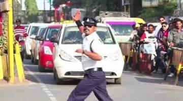 شرطي هندي حديث الناس لتنظيمه المرور بالرقص على طريقة مايكل جاكسون