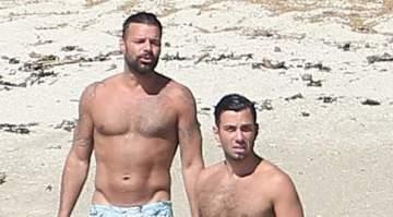 ريكي مارتن وخطيبه على الشاطئ في المكسيك..بالصور
