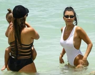 كورتني كارداشيان تستمتع بيوم على البحر ..بالصور