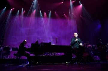 شارل أزنافور  ينطلق بحفلاته في باريس..مغنياً للنازحين