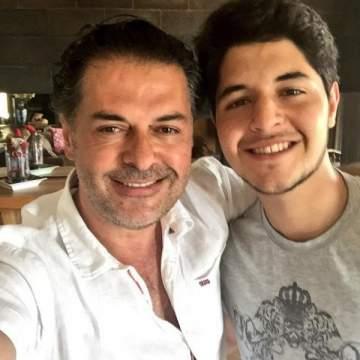 خالد راغب علامة يخطف الأنظار على البحر ويشبه الممثلين الأتراك.. بالصورة