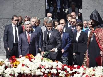 شارل أزنافور وجورج كلوني يشاركان في مسيرة ذكرى إبادة الأرمن