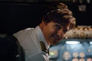 توم كروز يعود بابتسامة عريضة إلى مقعد الطيار في فيلمه الجديد